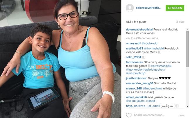 El hijo de Cristiano Ronaldo mira vídeos de Leo Messi en su tablet