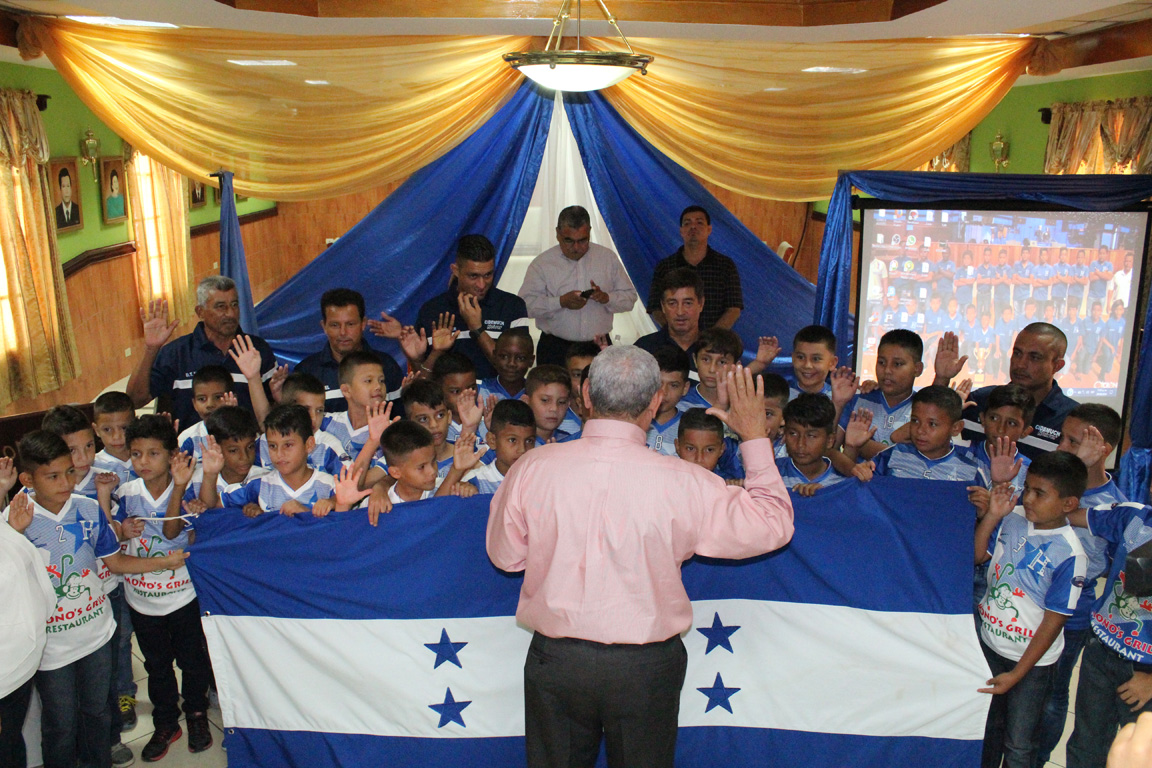 Niños de Cidemuch son juramentados antes de viajar a EUA por la Copa Independencia
