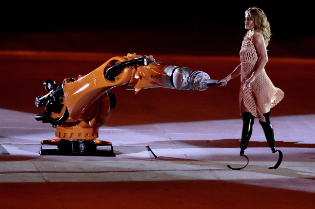 amy-purdy-baila-con-el-robot-kuka-durante-la-ceremonia-de-apertura-de-los-paralimpicos-rio-2016
