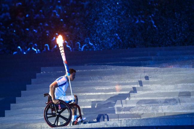 Clodoaldo Silva sube la rampa para encender bajo una intensa lluvia el Pebetero de los Juegos Paralímpicos . Foto Rio/Getty