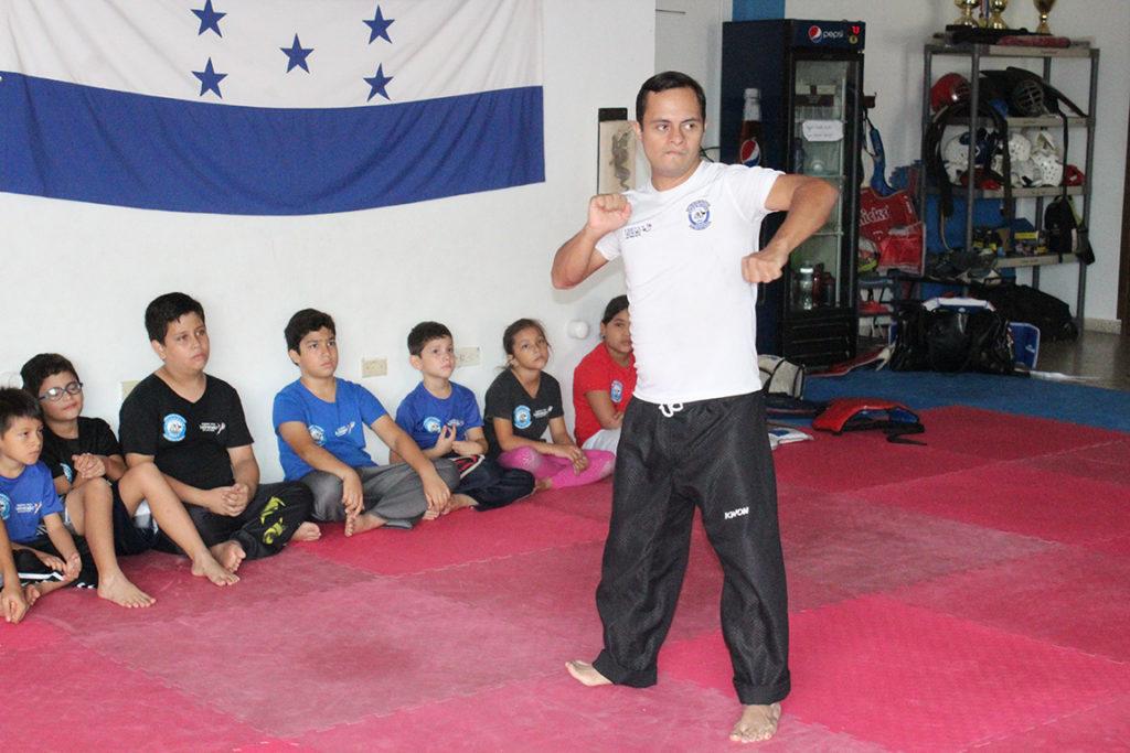 Junior es feliz enseñando a los niños que acuden a la escuela de su padre. Foto HSI