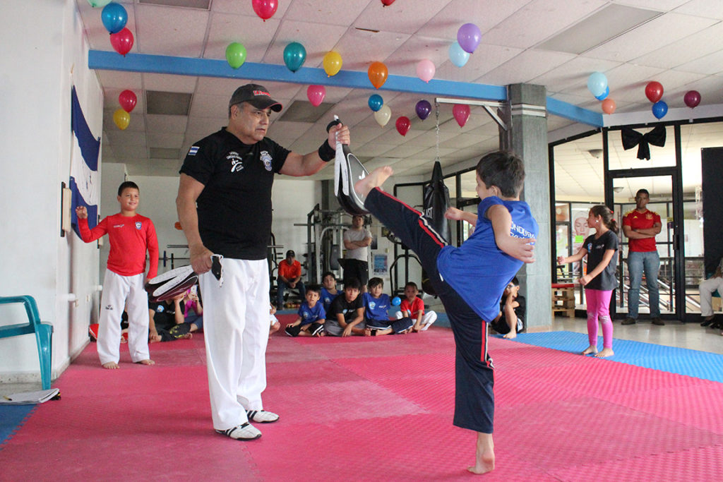 La enseñanza del Taekwondo es la vida no solo de Junior, también del coronel Erazo. Foto HSI