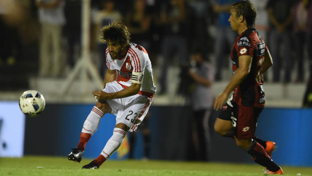 Patronato, colista de Argentina, le hinca las rodillas a River Plate