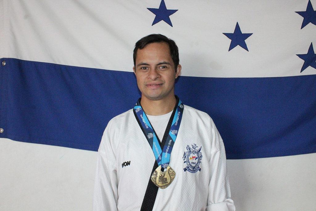 Orgulloso con su medalla obtenida en México durante los panamericanos de Taekwondo. Foto HSI