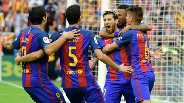 Barcelona bate al Valencia en juego de patadas, goles, polémica, botellazo y lesión grave de Iniesta