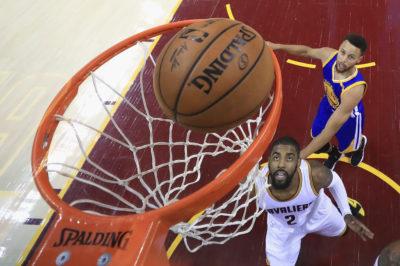 A pesar del arbitraje, Warriors a un juego de coronarse campeones