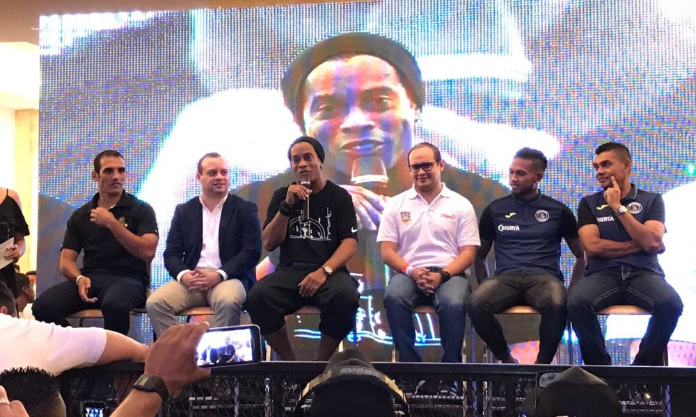 """Ronaldinho en Honduras: alegrías, consejos a Neymar, Fuera JOH y un """"gorro"""""""