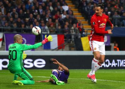 Zlatan Ibrahimovic renueva por un año con el Manchester United