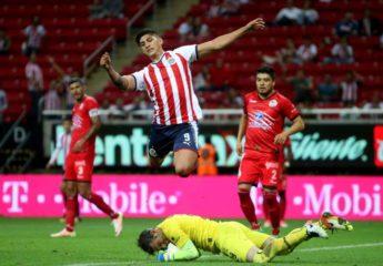 Vuelve el fútbol en México con triunfo de Lobos sobre las Chivas