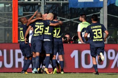 Inter vence al Crotone y sigue en lo alto de la Serie A