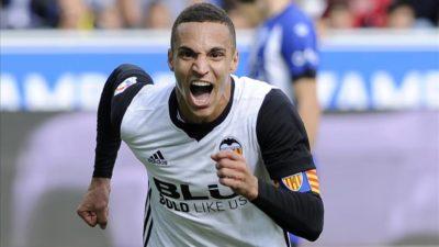 El Valencia gana al Alavés 2-1 y mete presión al líder Barcelona