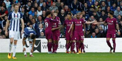 Manchester mantiene paso y resiste presión de sus seguidores