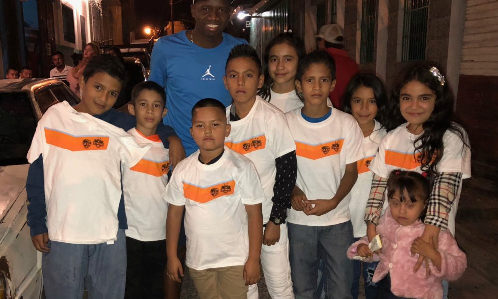 Boniek García pasa vacaciones en Honduras y trayendo alegría a los niños