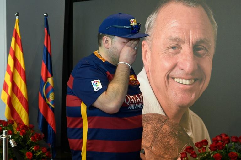 Un aficionado del FC Barcelona se enjuga las lágrimas frente al memorial de Johan  Cruyff instalado c0d64c7fc86